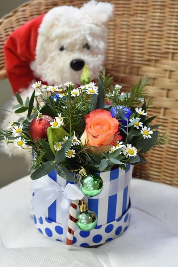圣诞树花束与圣诞装饰和可爱的花的 玩具北极熊在背景中 库存图片