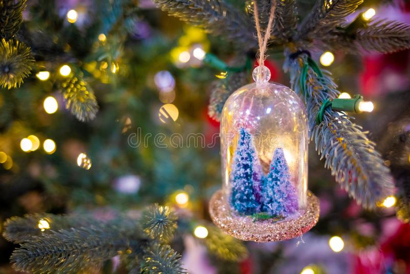 圣诞树被弄脏的新年装饰和光 免版税库存图片