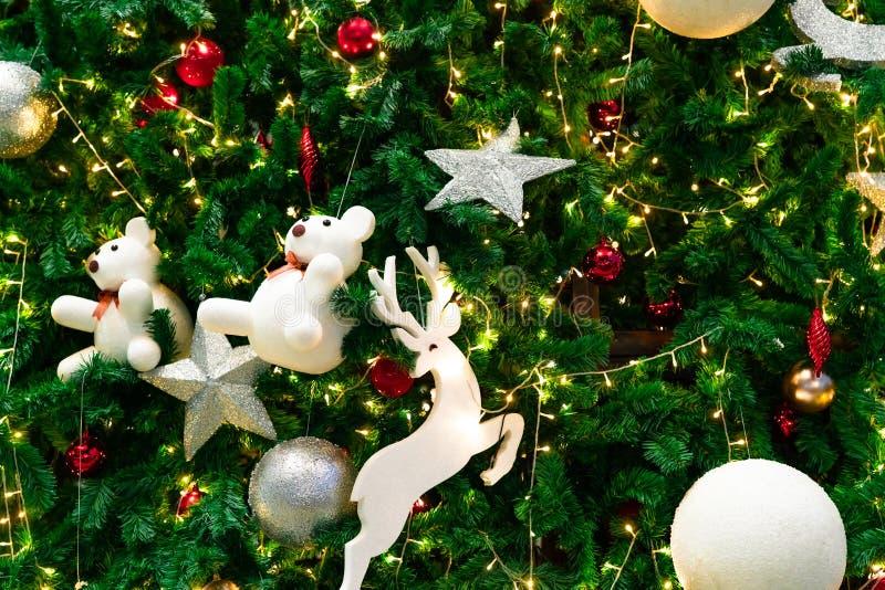 圣诞树被弄脏的红色,绿色和金bokeh背景  另外的背景格式xmas 圣诞节和新年快乐假日背景 库存照片