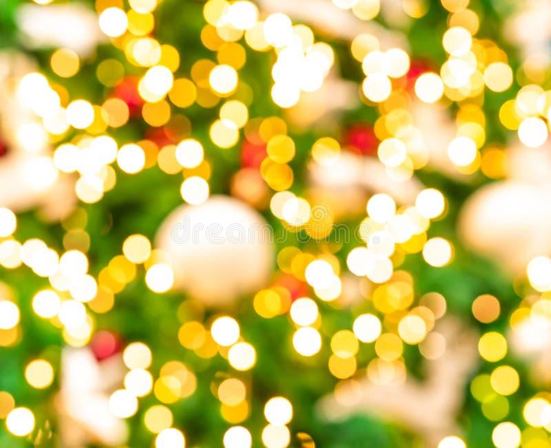 圣诞树被弄脏的红色,绿色和金bokeh背景  另外的背景格式xmas 圣诞节和新年快乐假日背景 免版税库存照片