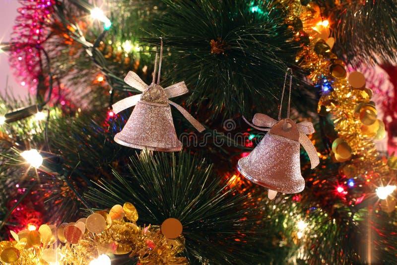 圣诞树装饰品,二响铃,闪亮金属片 免版税库存照片