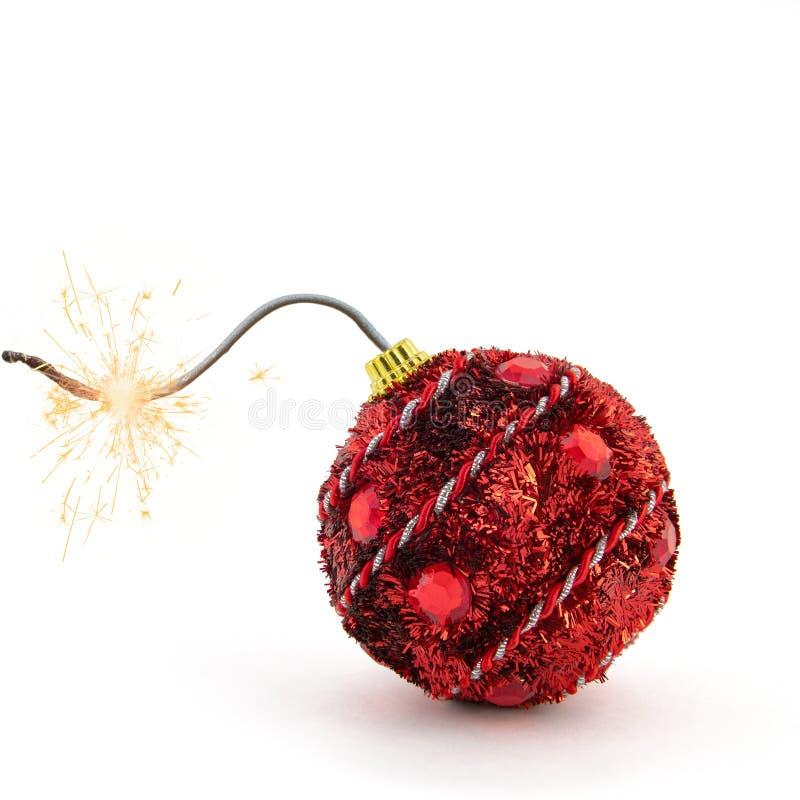 圣诞树装饰 准备好红色的炸弹连同在白色背景的金黄闪闪发光 概念新年度 库存图片