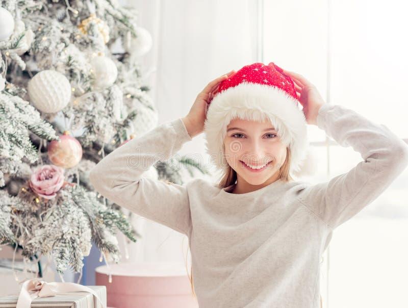 圣诞树附近兴奋的少女 免版税库存图片