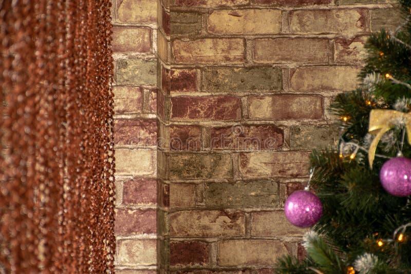 圣诞树预期在砖墙附近的假日 库存图片