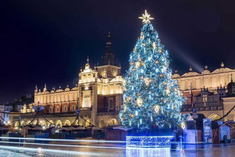 圣诞树,布料霍尔,主要中央集市广场,奥尔德敦,克拉科夫,波兰 免版税图库摄影