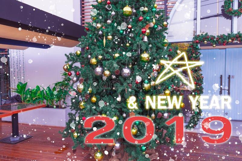 圣诞树,新年2019年,礼物,愉快,圣诞老人,计数下来,箱子,Chistmas树弄脏了与礼物盒的背景快活的 免版税图库摄影