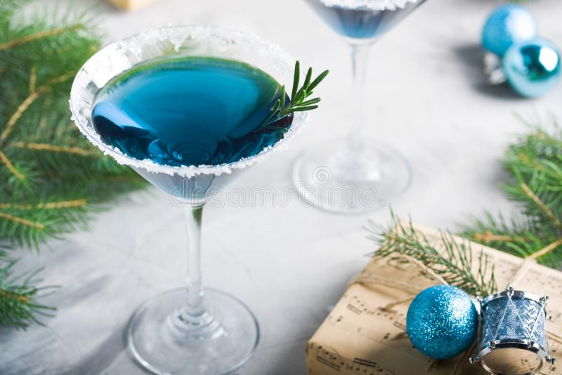 圣诞派对构成饮料在蓝色的礼物盒 免版税库存照片