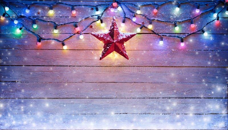 圣诞灯和星垂悬 图库摄影