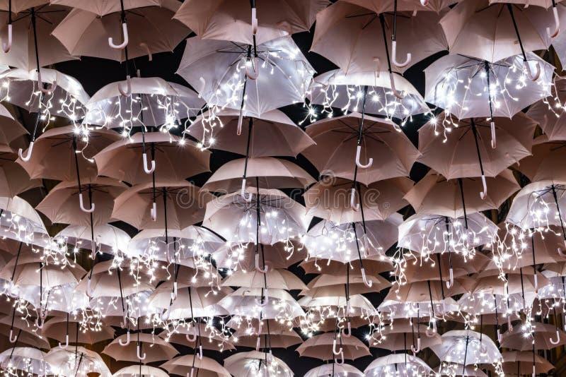 圣诞灯照亮的白色伞秀丽装饰Agueda葡萄牙街道  免版税库存图片