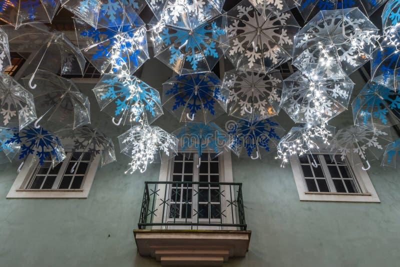 圣诞灯照亮的白色伞秀丽装饰Agueda葡萄牙街道  库存照片