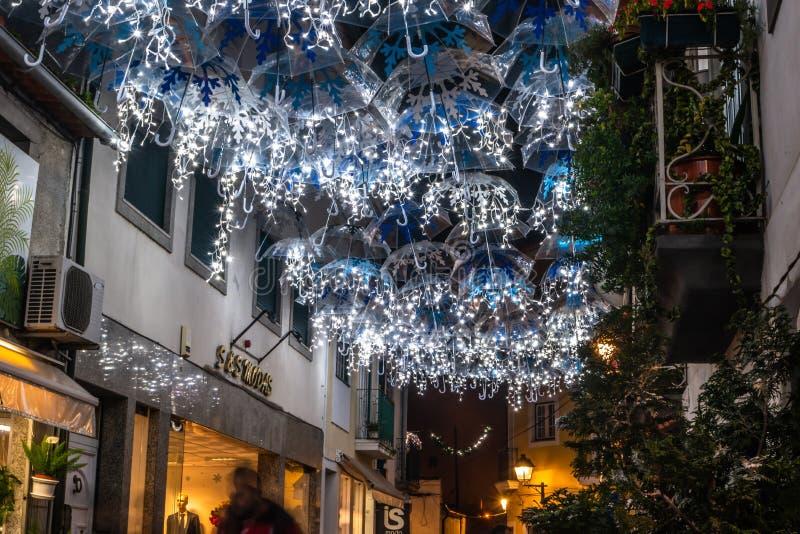 圣诞灯照亮的白色伞秀丽装饰Agueda葡萄牙街道  免版税图库摄影