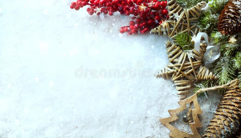 圣诞灯背景 与用g装饰的雪的Xmas树 免版税库存图片