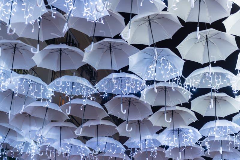 圣诞灯iluminated的白色伞 库存照片