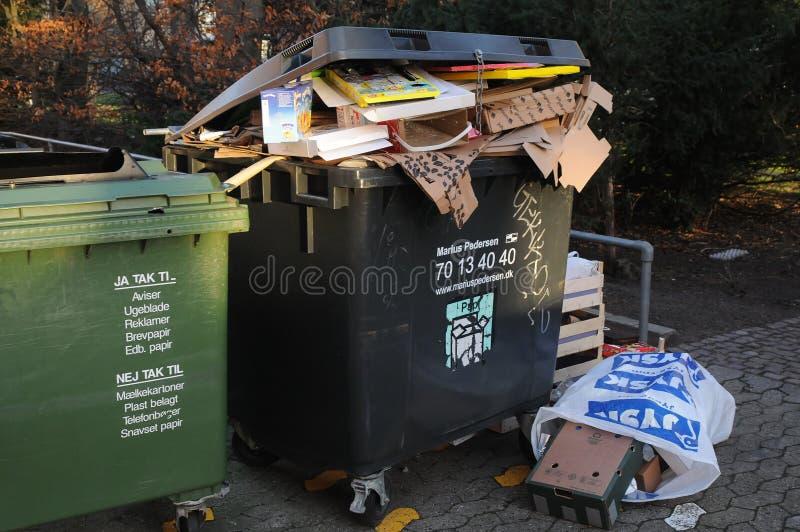 圣诞礼物浪费在垃圾箱 免版税库存图片