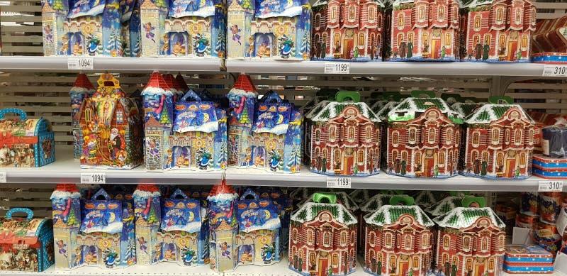 圣诞礼物礼品包装材料与甜点在超级市场 免版税库存照片
