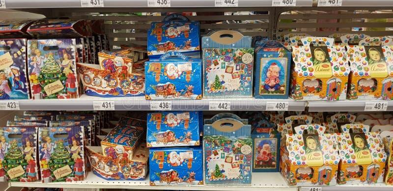 圣诞礼物礼品包装材料与甜点在超级市场 库存图片