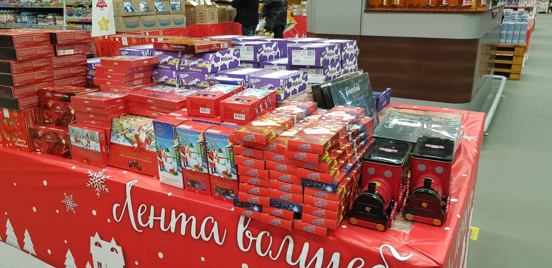 圣诞礼物礼品包装材料甜点在超级市场 免版税图库摄影