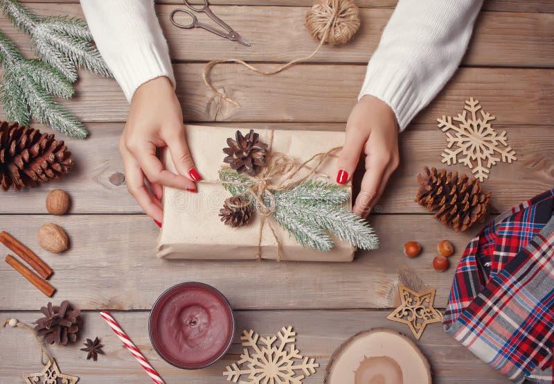 圣诞礼物装饰 手工装饰概念 女包装礼盒 顶视图 免版税库存照片