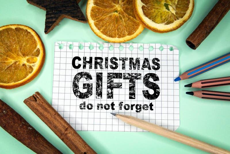 圣诞礼物,不忘记 背景上色节假日红色黄色 库存图片
