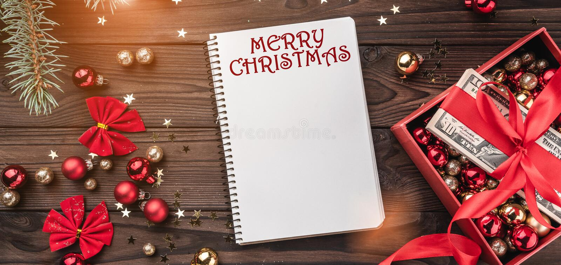 圣诞礼物,金钱包装与红色松驰,Xmas项目,在木背景 顶视图 在笔记本的文本空间 库存图片