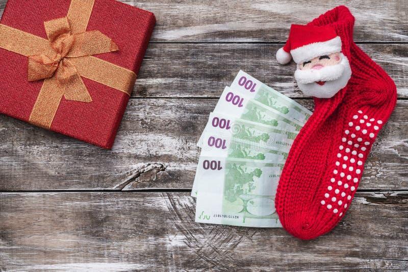 圣诞礼物,金钱,Xmas项目,在木背景 顶视图 免版税库存照片
