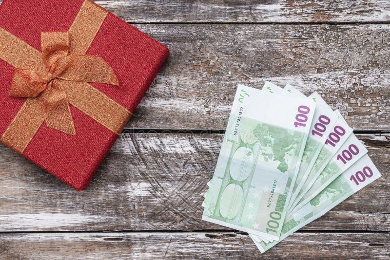 圣诞礼物,金钱,Xmas项目,在木背景 顶视图 库存照片