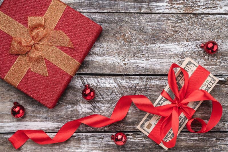 圣诞礼物,金钱,Xmas项目,在木背景 顶视图 库存图片
