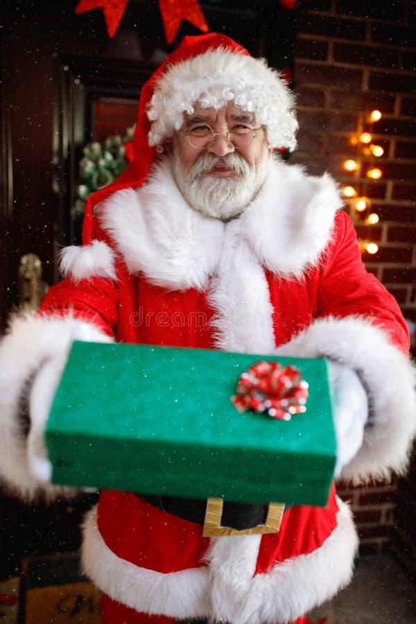 圣诞老人产生礼品 免版税库存照片