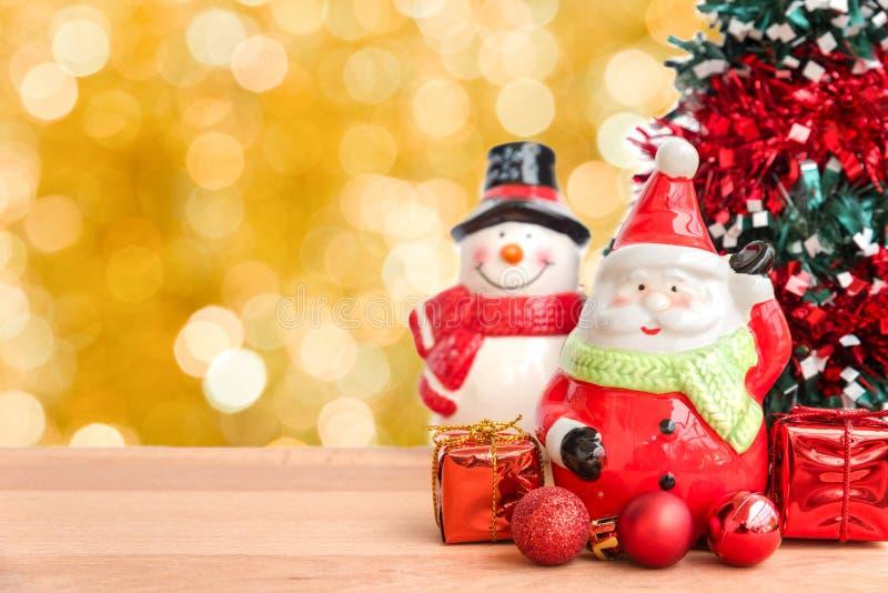 圣诞老人和雪人为圣诞节 库存照片
