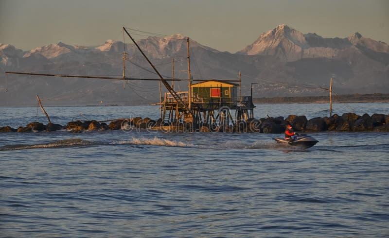 圣诞老人在船上船只 免版税库存图片
