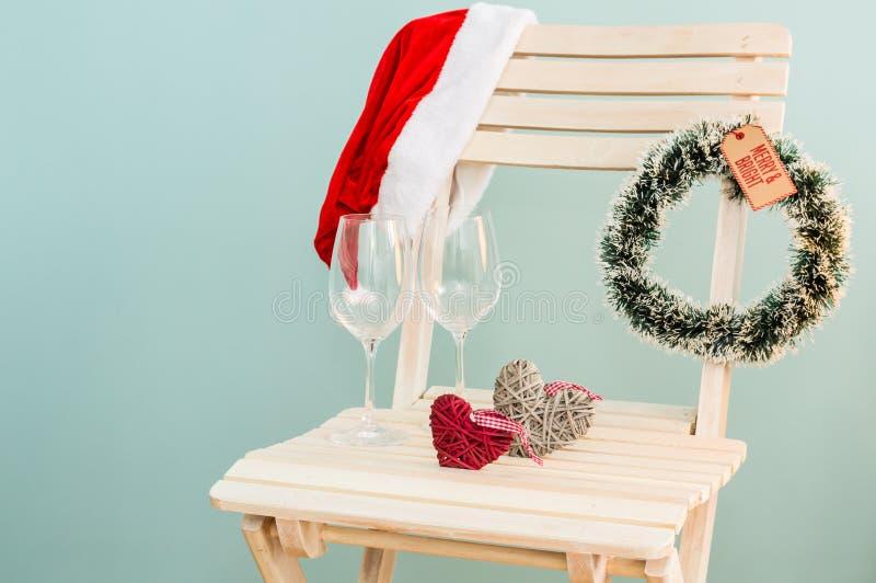 圣诞老人帽子、壁炉边和酒杯 免版税图库摄影