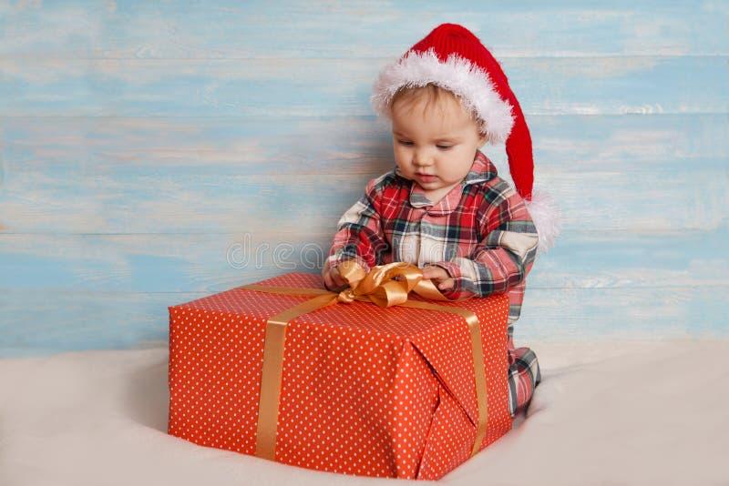 圣诞老人帽子的圣诞节婴孩 免版税图库摄影