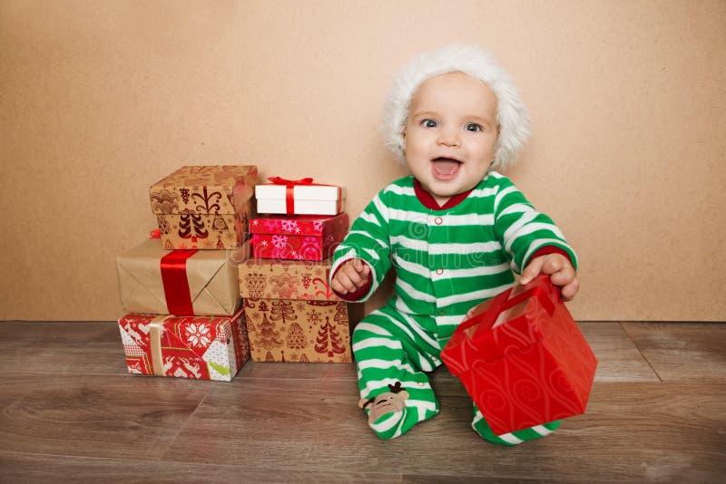 圣诞老人帽子的圣诞节婴孩 免版税库存图片