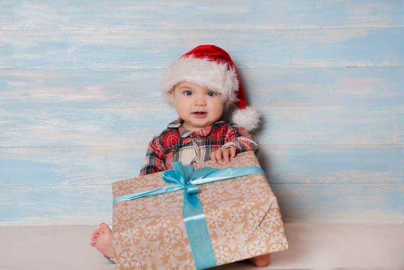 圣诞老人帽子的圣诞节婴孩 免版税库存照片