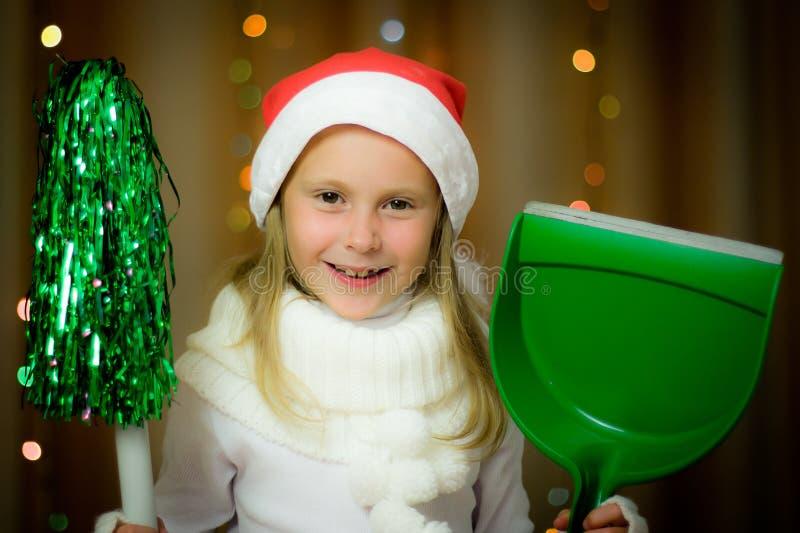 圣诞老人帽子的微笑的女孩 库存照片