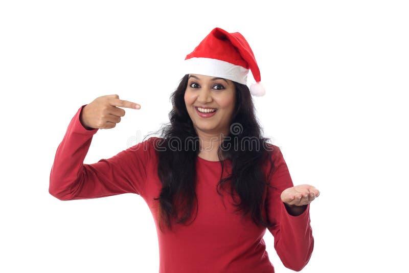 圣诞老人帽子的愉快的妇女有空的拷贝空间的 免版税图库摄影