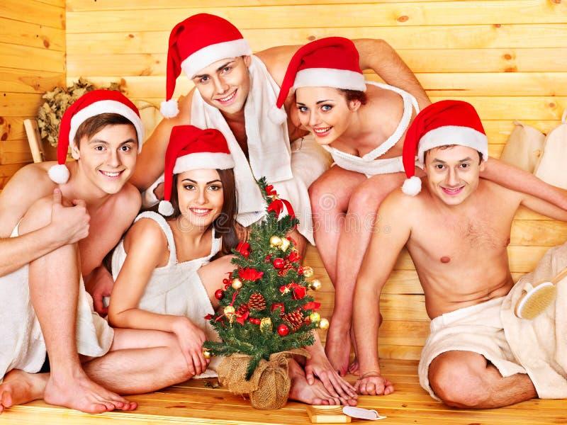 圣诞老人帽子的组人在蒸汽浴。 库存照片