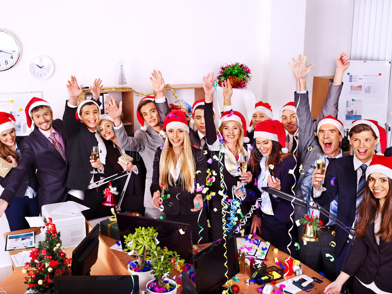 圣诞老人帽子的集团人在Xmas集会。 免版税库存图片