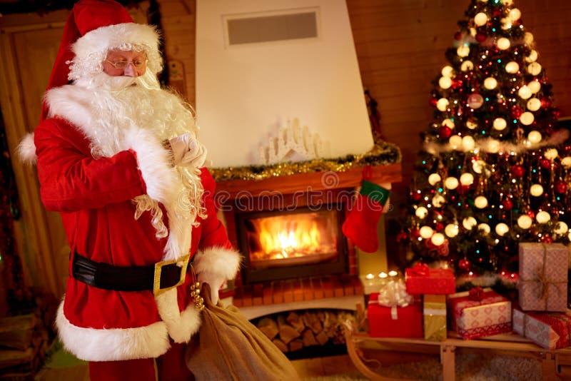 圣诞老人急忙,检查时间 库存照片