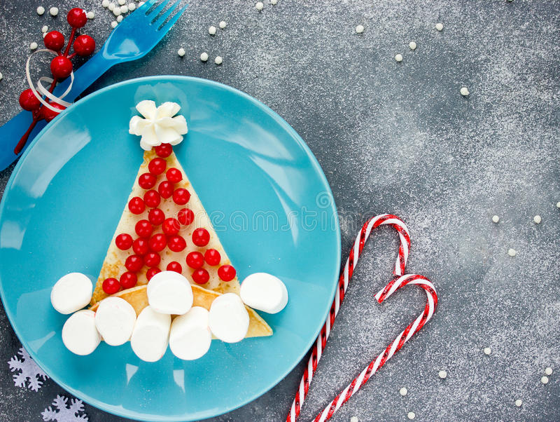 圣诞老人早餐圣诞节和新年乐趣的帽子薄煎饼食物 免版税库存照片