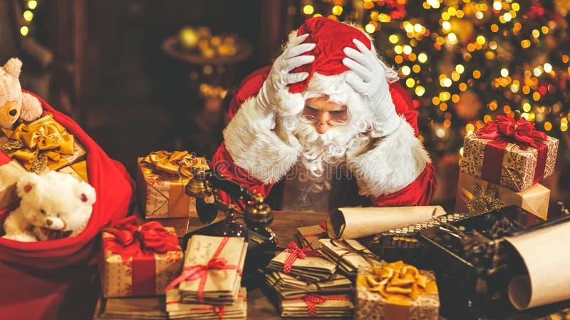 圣诞老人是疲乏在重音下 图库摄影