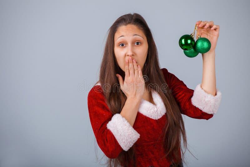 圣诞老人有绿色球的帮手女孩 库存图片