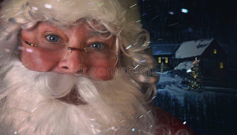 圣诞老人特写镜头有夜场面的在背景中 库存照片