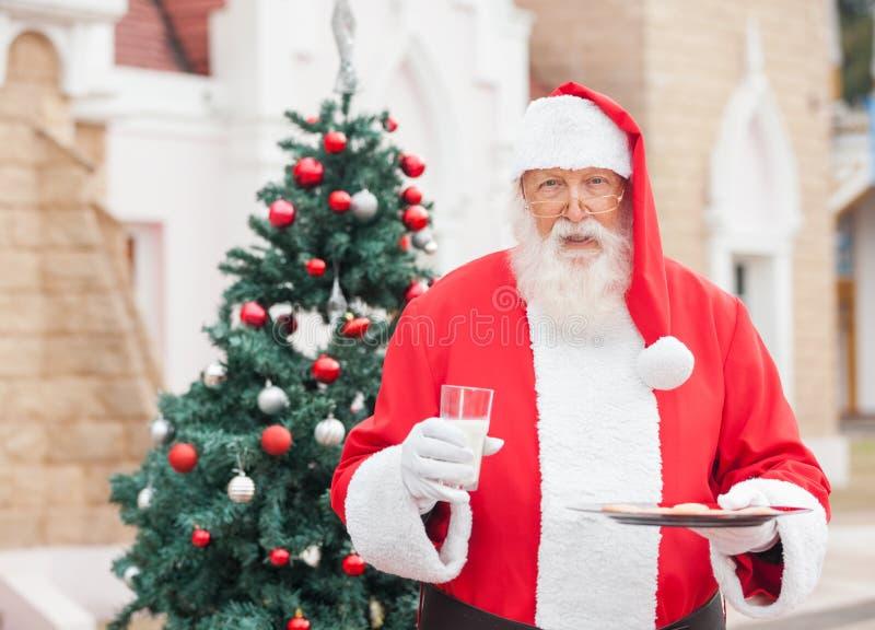 圣诞老人用牛奶和曲奇饼 免版税库存图片