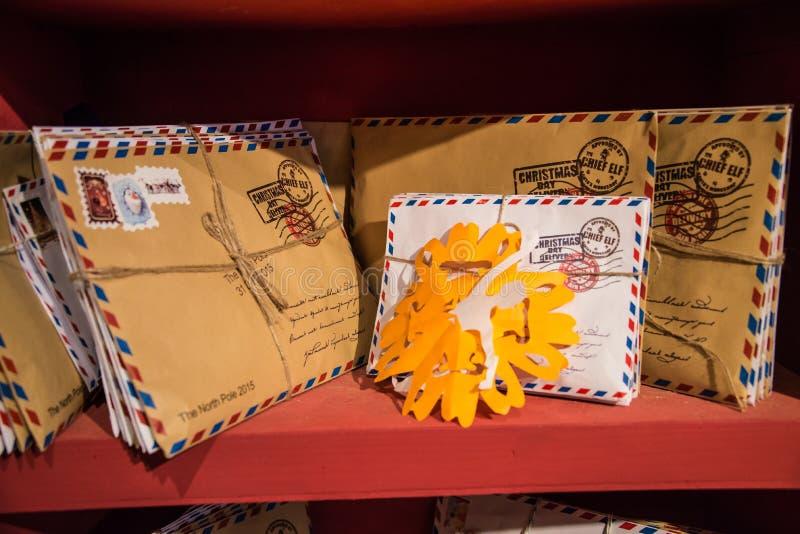 给圣诞老人的信件在架子的一个住所的 免版税库存图片