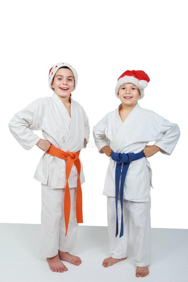 圣诞老人盖帽的两位运动员  免版税图库摄影