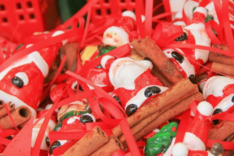 圣诞老人礼物微型小雕象在一个篮子的在显示 皇族释放例证