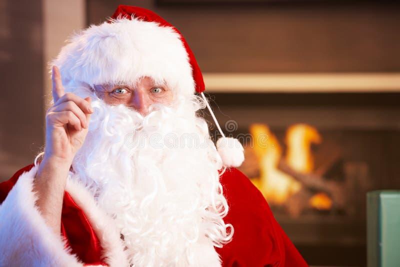 圣诞老人纵向由壁炉的 免版税库存图片