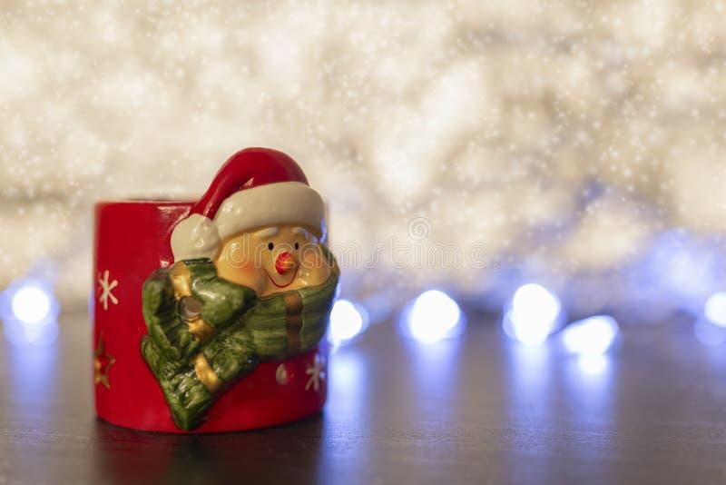 圣诞老人蜡烛holderon多雪的背景 免版税库存图片