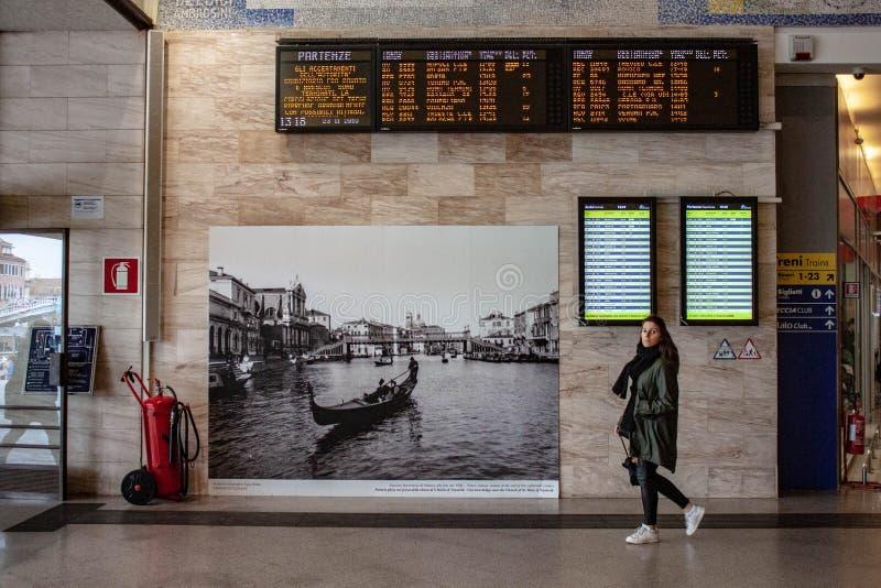 圣诞老人露西娅驻地在威尼斯,威尼斯的最后中止的细节 客车熙来攘往两游人和人运作 免版税库存照片